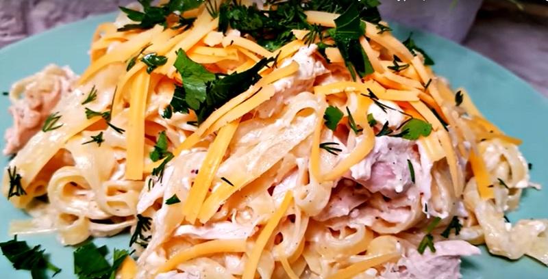 Лапша в сливочном соусе с курицей: 15 минут – и ужин готов