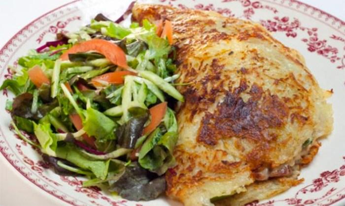 Драник размером со сковороду: вкуснота с начинкой
