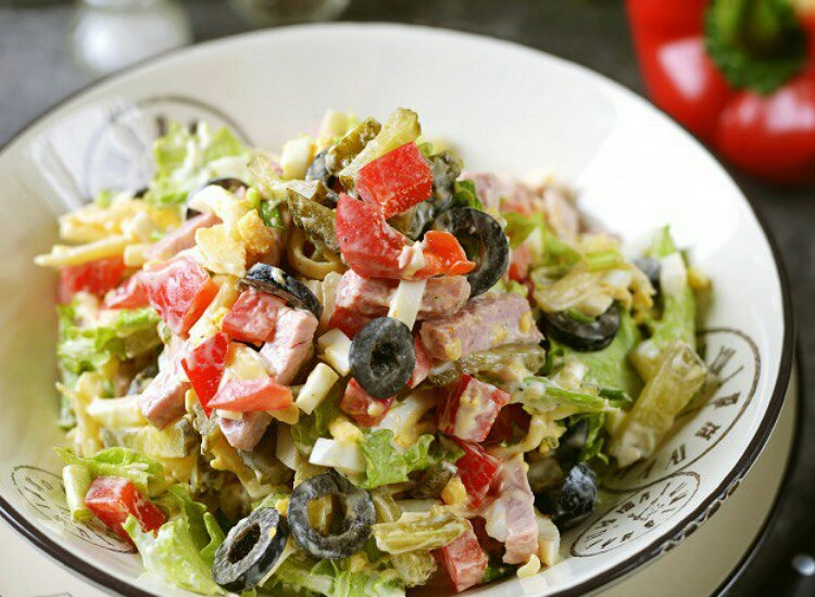 Отменный салат с бужениной, сыром и маслинами