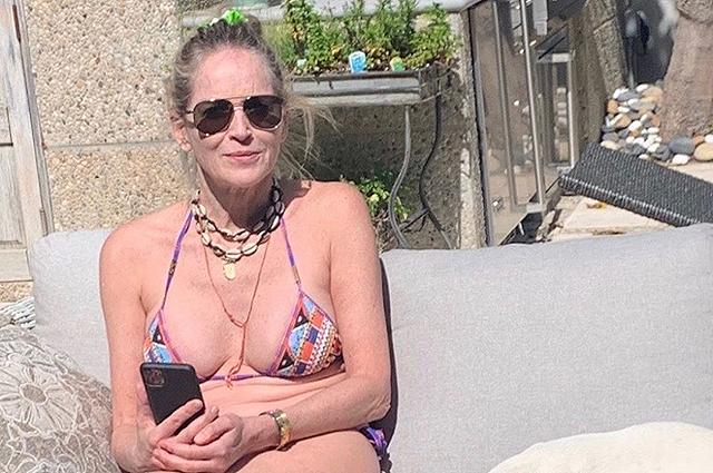 Шэрон Стоун отдыхает у бассейна и делится в соцсети своими фото в бикини