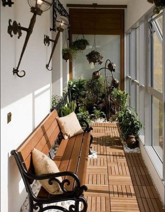 Если сделать стекло во всю высоту балкона, будет смотреться очень красиво.