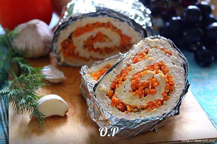 Запечённый рулет из куриного фарша с корейской морковкой