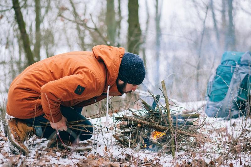 как разжечь костер в лесу