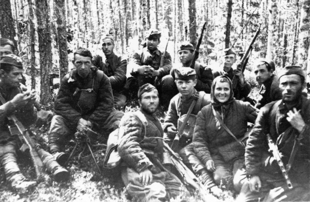 почему крайне фото бойцов партизанского отряда им кравцова они
