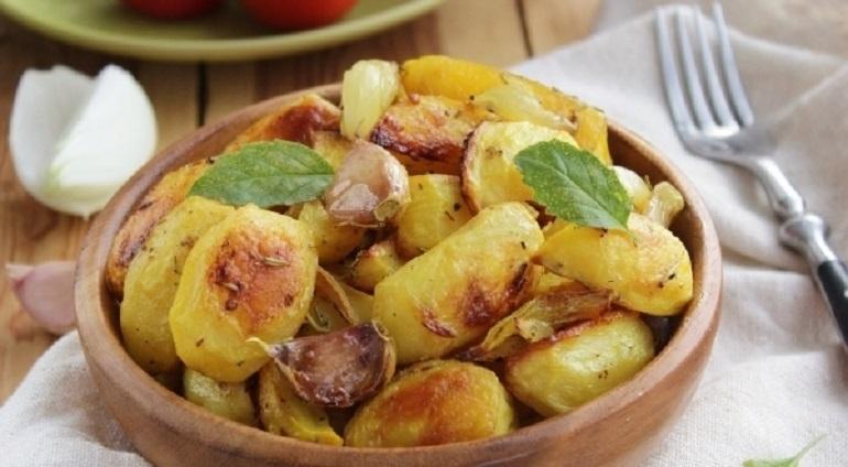 Картошка с луком, запеченная в духовке: понравится всем и каждому