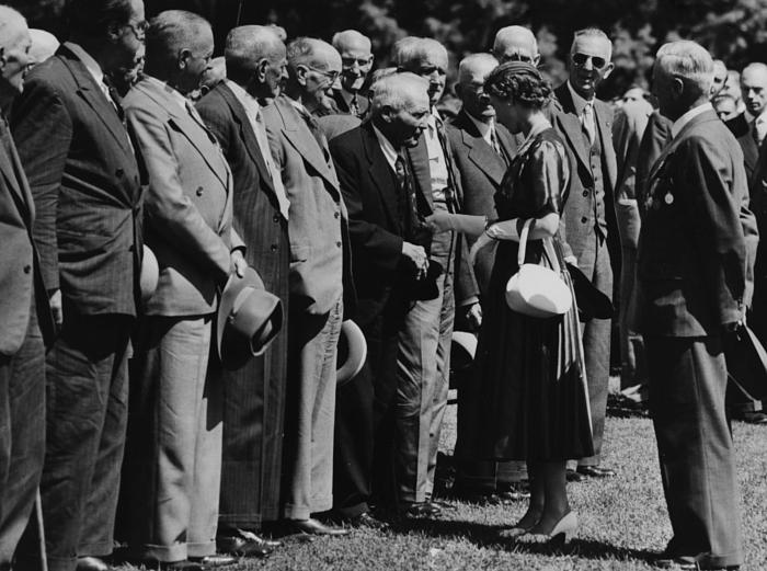 Елизавета II приветствует ветеранов Первой Мировой войны, 1954 год. фото № 3
