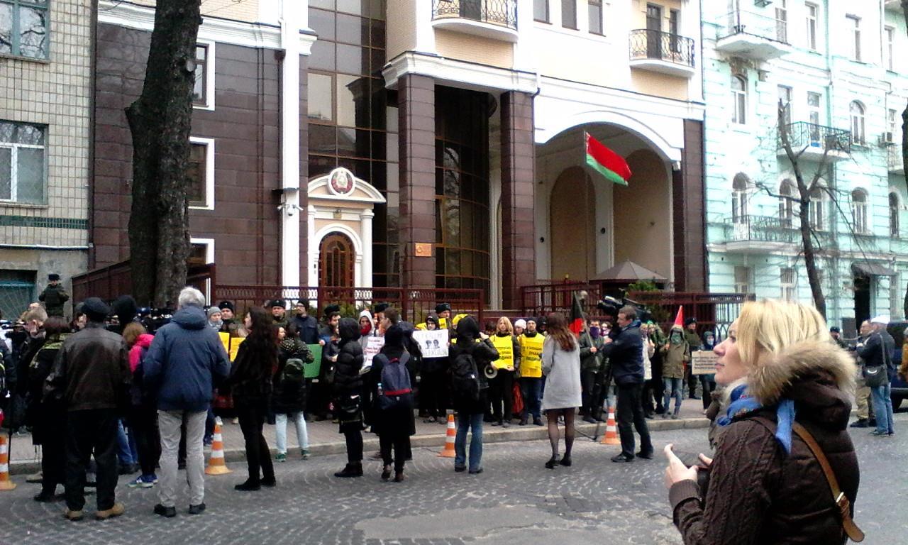 Взбунтовавшиеся киевляне требуют немедленной отставки посла Белоруссии на Украине Белоруссия,Бунт,Политика,Украина,Посольство,Украина