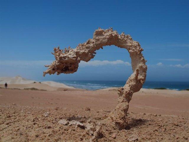 4. После попадания молнии на песок или горную породу образуются фульгуриты естественно-научно, интересно, молния, природа, стихия, удар молнии