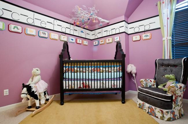 Красивые и развивающие декорации на стенах в комнате малыша: крупные буквы алфавита на молдингах под потолком