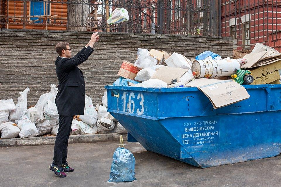 на этой картинке мужчина выбрасывает мусор фанатов боруссии предвкушают