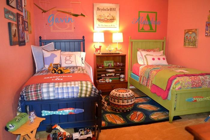 Маленький кофейный столик, который играет роль перегородки между кроватями в интерьере детской комнаты.