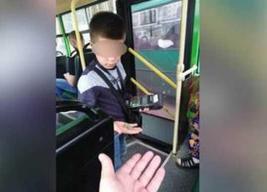 Из-за недоÑтатка кондукторов в автобуÑном парке работает Ñемилетний мальчик