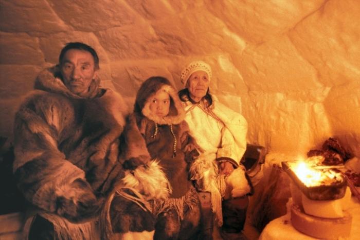 Освещаются эскимосские дома с помощью жира и фитиля.   Фото: vamvigvam.ru.