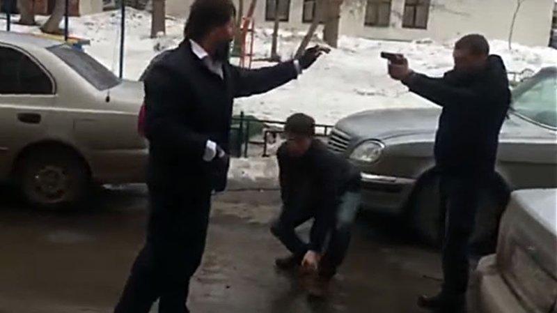 В Екатеринбурге водители устроили разборку со стрельбой из травматического пистолета авто, видео, драка, конфликт, конфликт на дороге, разборки, стрельба, травмат