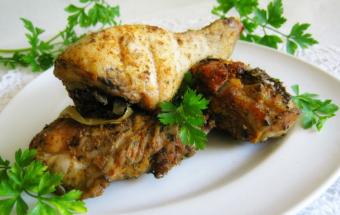 Куриные голени, запеченные с луком и чесноком