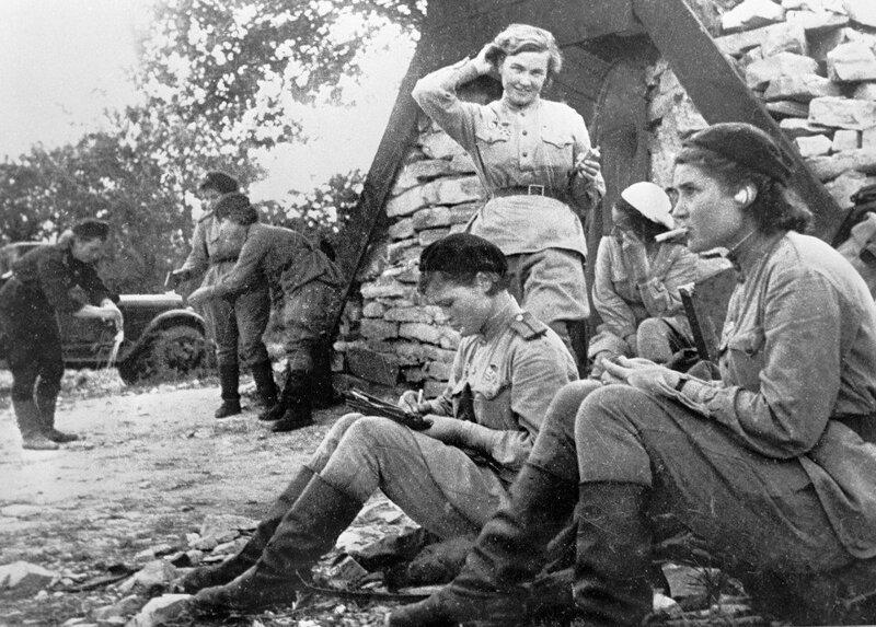 """28. """"Ночные ведьмы"""" из советского 588-го полка бомбардировщиков на перерыве, 1942 год жизнь, исторические фото, история, прошлое, фото"""