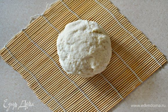 Затем постепенно вводится горячая вода и сразу замешивается тесто. Перемешивайте тесто сначала венчиком, а затем руками. Процесс вымешивания займет не менее 5 минут. После чего заверните тесто в пищевую пленку и охладите.