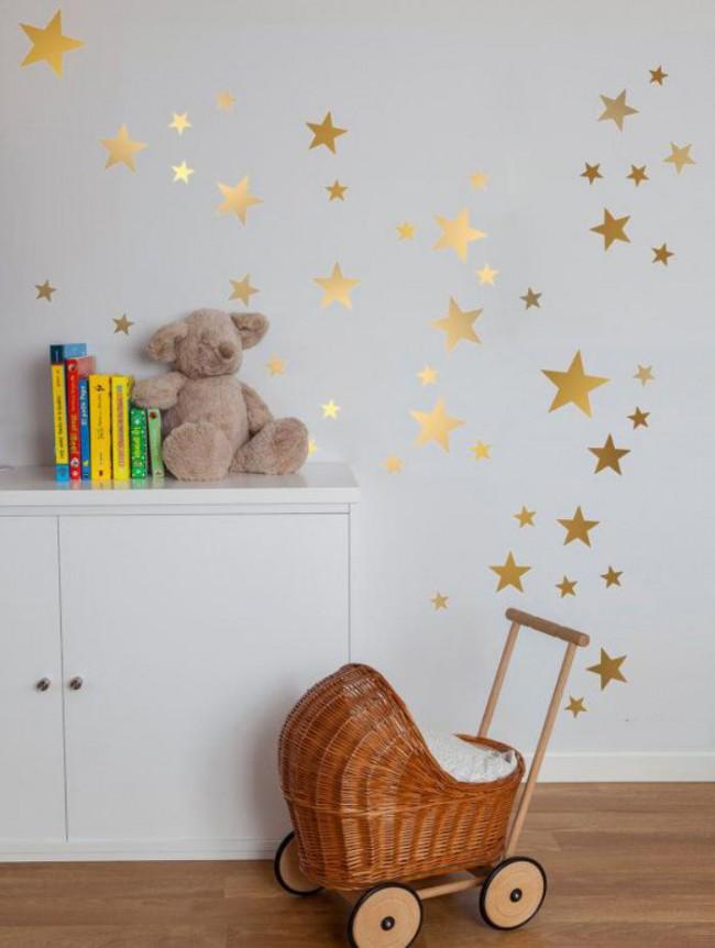 Наклейки подойдут и для детской комнаты, к декорированию можно привлечь маленького хозяина комнаты