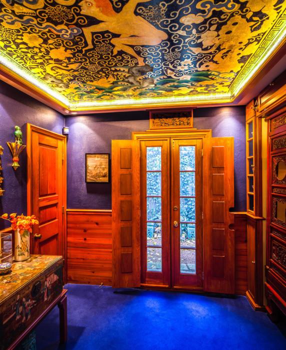 Цветной потолок с росписью.