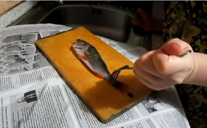 Как и чем чистить свежую рыбу, чтобы потратить на все не более 5 минут и не заляпать всю кухню кулинария.