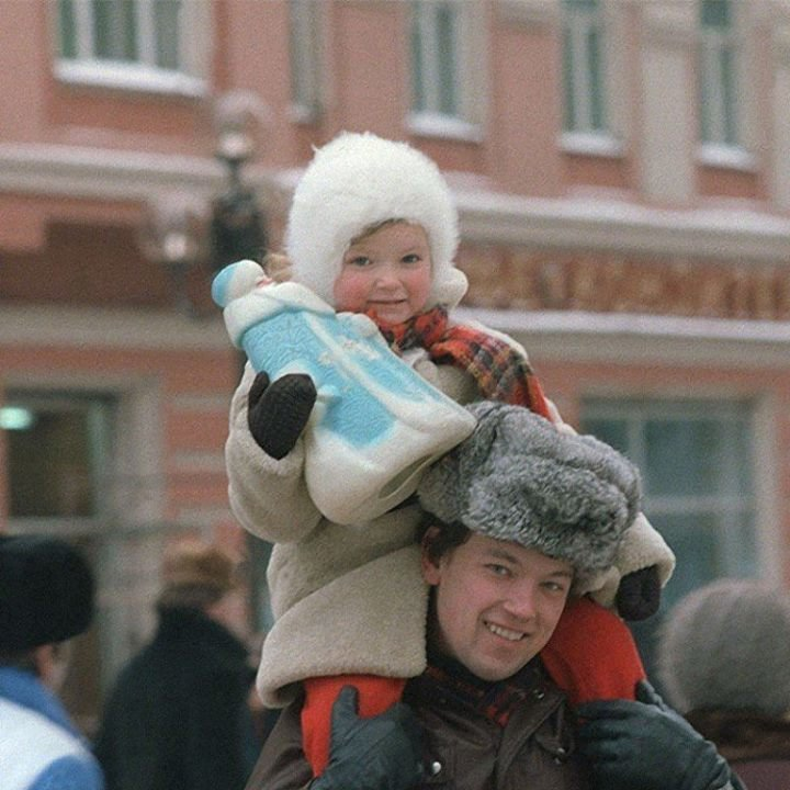 Папа с дочкой на елочном базаре накануне нового, 1986 года. А у вас был такой Дед Мороз? СССР, детство, ностальгия, подборка