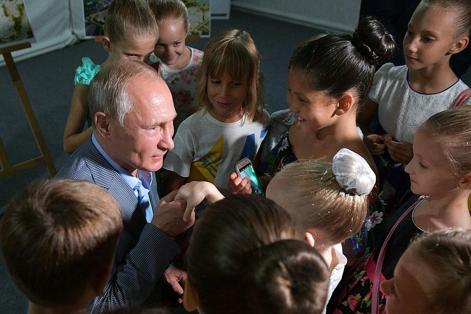 Владимир Путин в Крыму встал на колено перед девочкой-балериной и поцеловал ей руку балерина,дети,общество,Путин,россияне