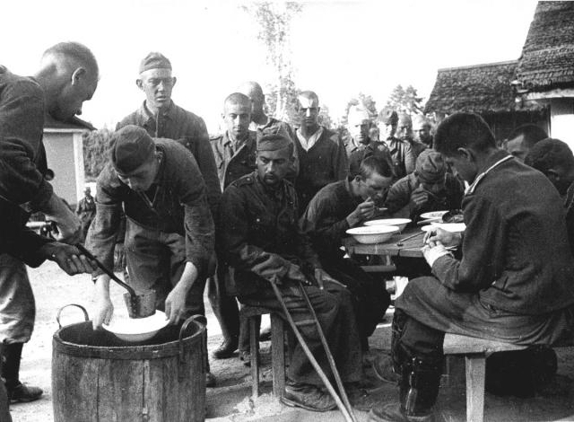 """Обед немецких военнопленных в лагере â""""– 27. КраÑногорÑк. 1944"""