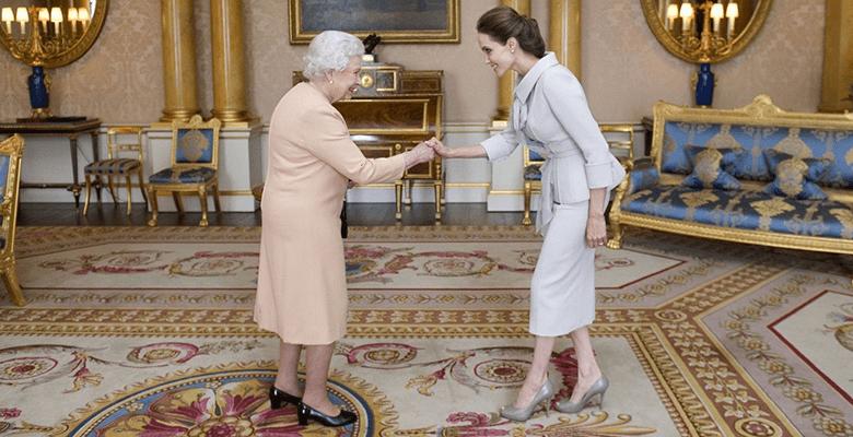 Анджелина Джоли сажает деревья в Африке вместе с королевой Елизаветой II
