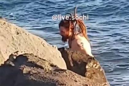 Видео с голым россиянином на берегу в Сочи возмутило пользователей сети