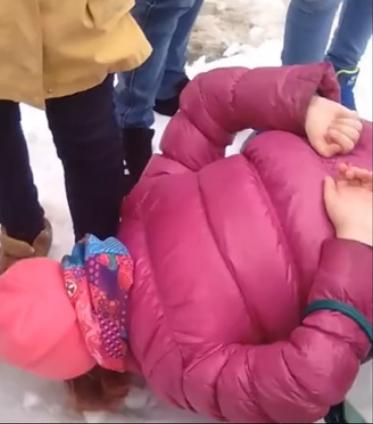 Подростки заставили девушку  вылизывать их обувь (видео)
