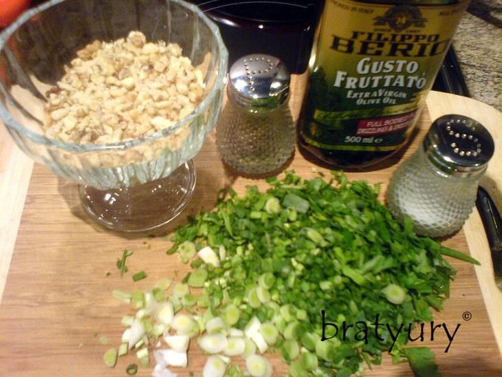 Салат из свежей крапивы с орехами салаты