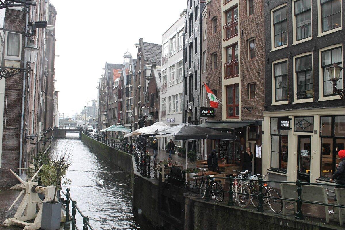 Почему в Амстердаме кривые дома: оказывается, их так строят вынужденно