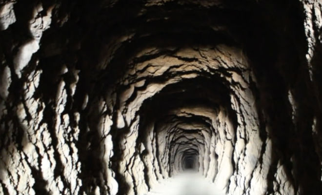Мужчина в тайне от всех рыл тоннель 38 лет: смотрим, что внутри золото,исследователи,клад,Пространство,пустыня,сокровища,тоннель,черные копатели