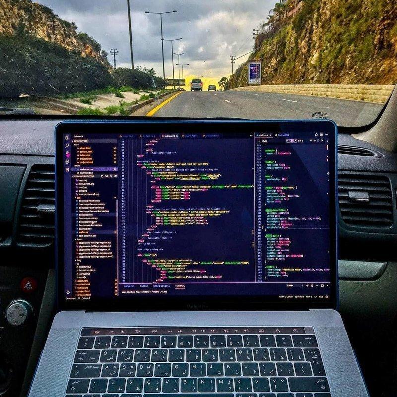 В принципе работать можно даже в движении. Главное, конечно, в этот момент находиться не за рулём компьютеры, программисты, рабочие места, фото
