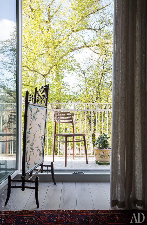 Во время ремонта балконную дверь сделали полностью стеклянной. Ширму в стиле шинуазри хозяйка купила во Франции.