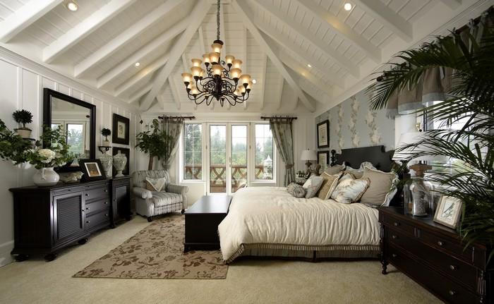 Роскошная спальня на мансардном этаже фото