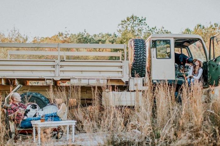 Списанный военный грузовик Stewart and Stevenson M1078, который супруги приобрели для создания дома на колесах. | Фото: instagram.com/ @wazimulife.
