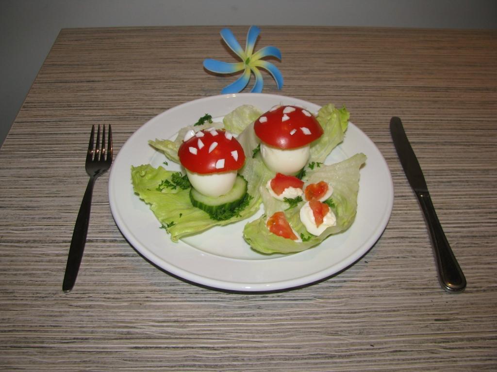 Грибочки из яиц и помидорки