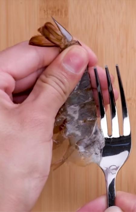 Креветки идеально чистятся вилкой. / Фото: facebook.com