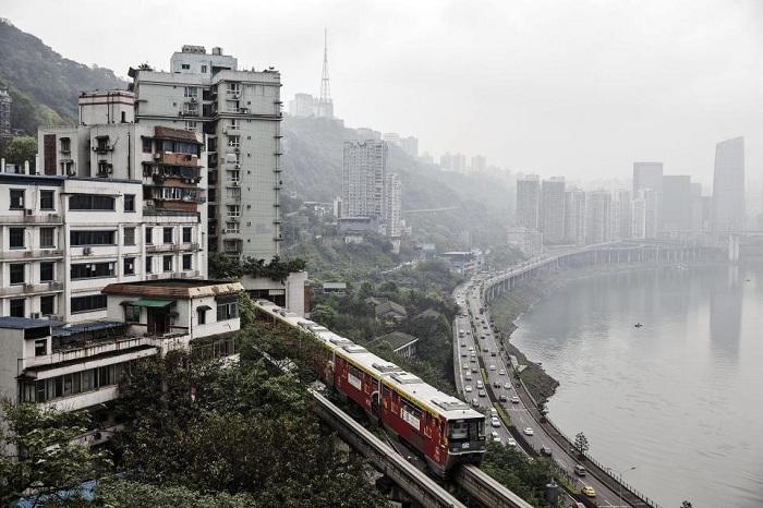 Между 7 и 8 этажами многоквартирного дома проходит линия наземного метро.