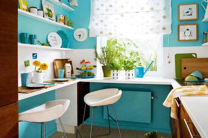Стены были выкрашены в яркий и позитивный бирюзовый цвет.
