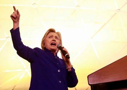 Хиллари Клинтон дважды упала в Индии. ВИДЕО