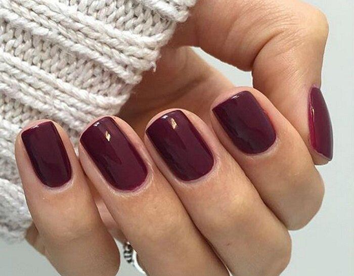 Короткие квадратые ногти с бордовым покрытием