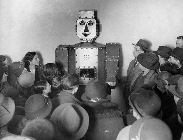 18. Покупатели лондонского универмага Selfridge слушают гадательного робота в 1934 году жизнь, исторические фото, история, прошлое, фото