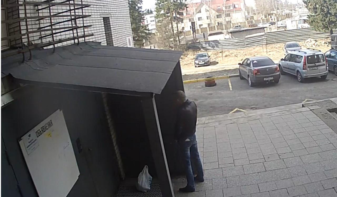 Опубликовали видео, как в Петрозаводске мужчина справил нужду на входную дверь