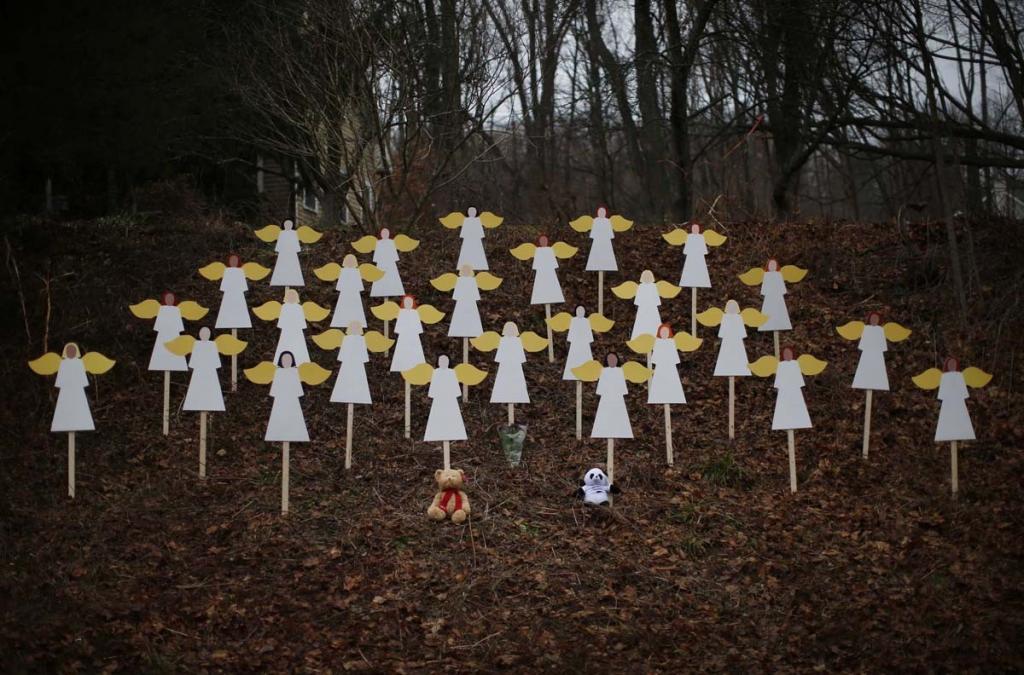 Фигурки деревянных ангелов близ школы «Сэнди-Хук»