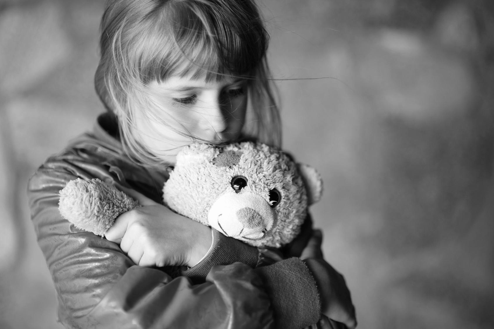 Картинка грустная девочка с мишкой