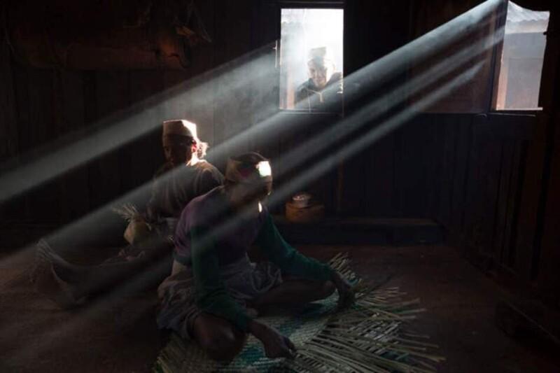 Колоритная жизнь мадагаскарской деревеньки на фото Зафиманири, деревне, чтобы, Сакаиво, только, женщины, которые, шляпы, жители, имеет, солнца, здесь, делают, которая, вместе, находится, построены, Внутри, вожди, деревню