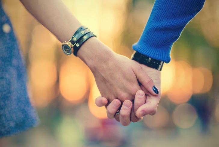 Жена схватила за руку чужого парня и выболтала ему семейные планы