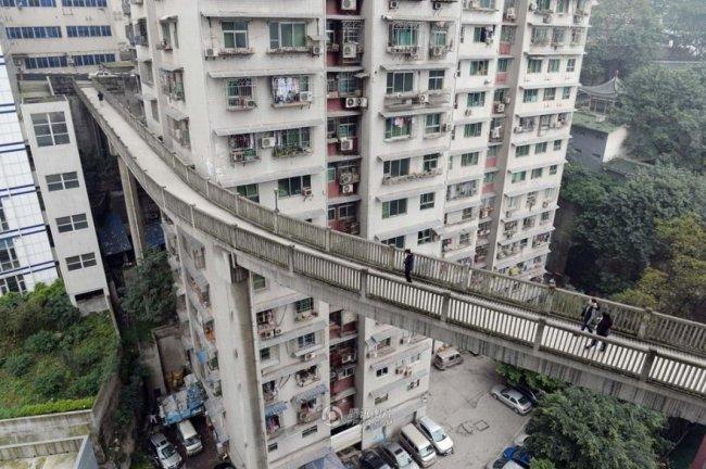 Мост между домами в Китае (5 фото)